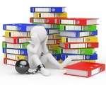 omino incatenato con libri